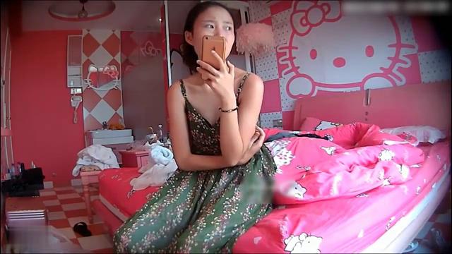 偷拍苗条性感的长裙美女刚回房间男友就扒内裤要操她-美女嘴里说着不要