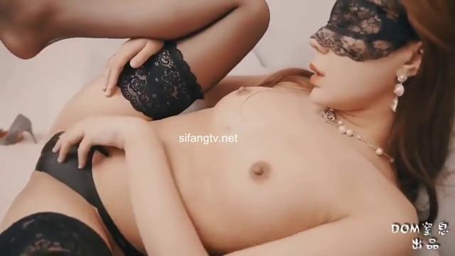 推特女神被绑在桌子上炮机一边抽插一边窒息